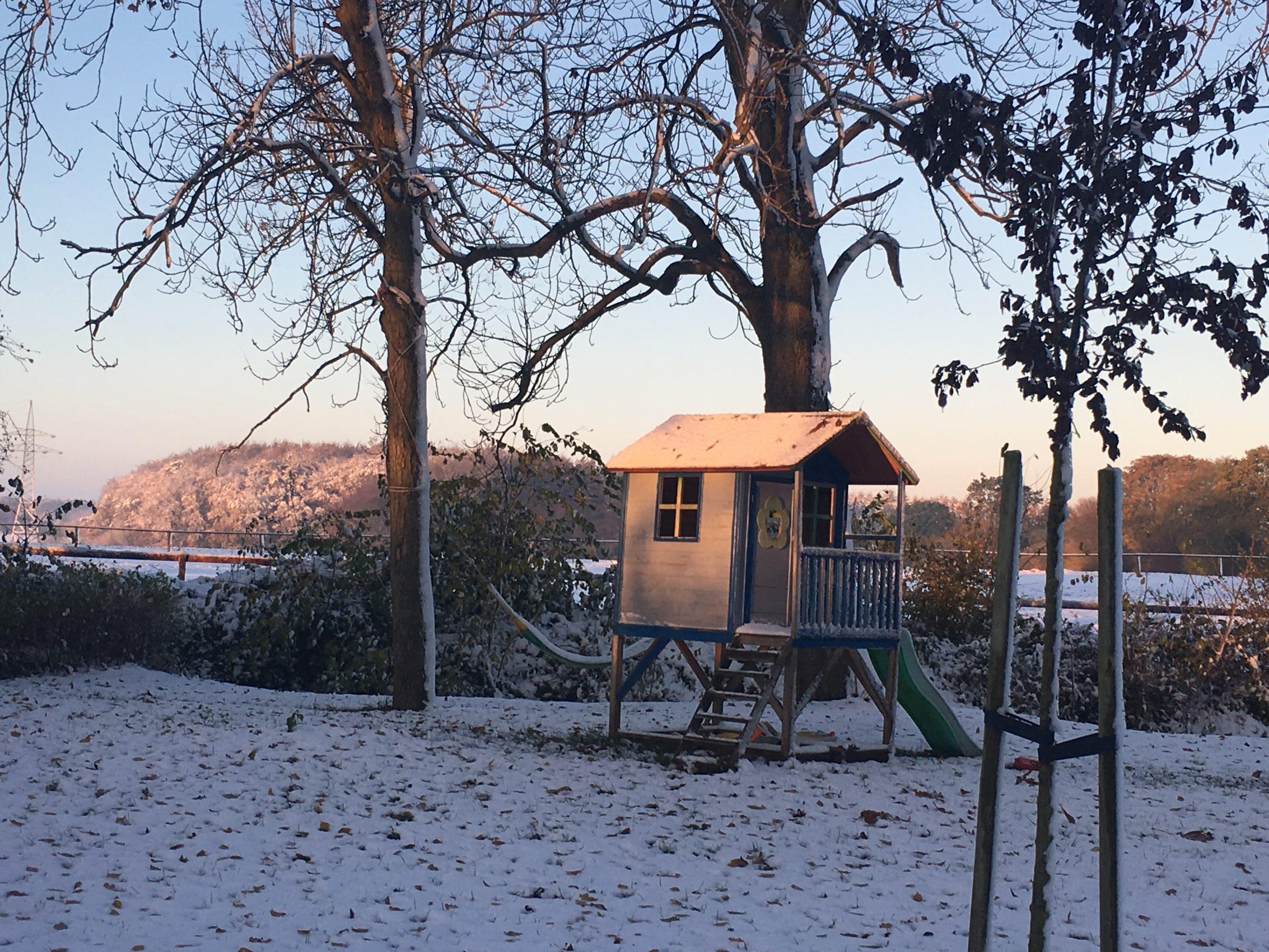Gut Friederikenhof - noch unberührter Schnee um das Kinderspielhaus