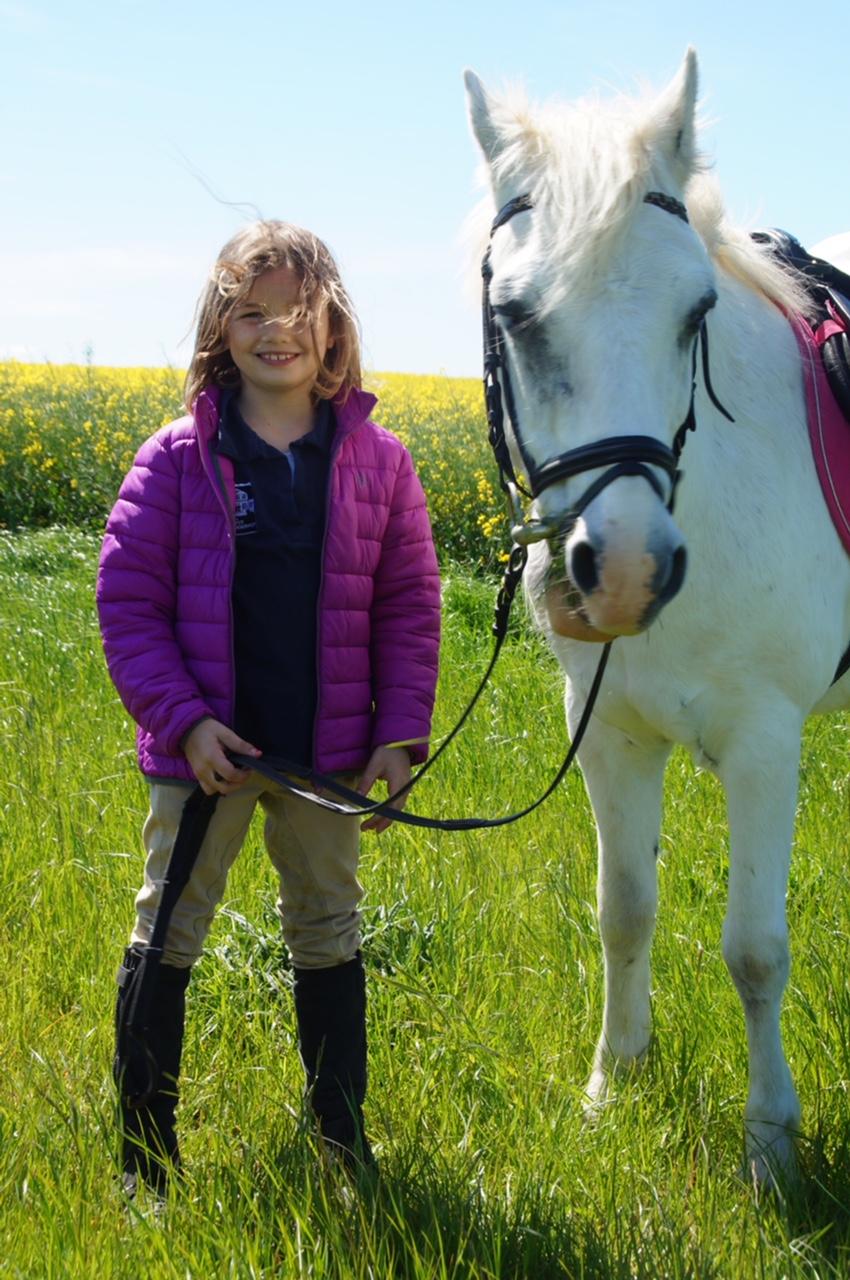 Gut Friederikenhof - Reiterin und Pony genießen das Wetter