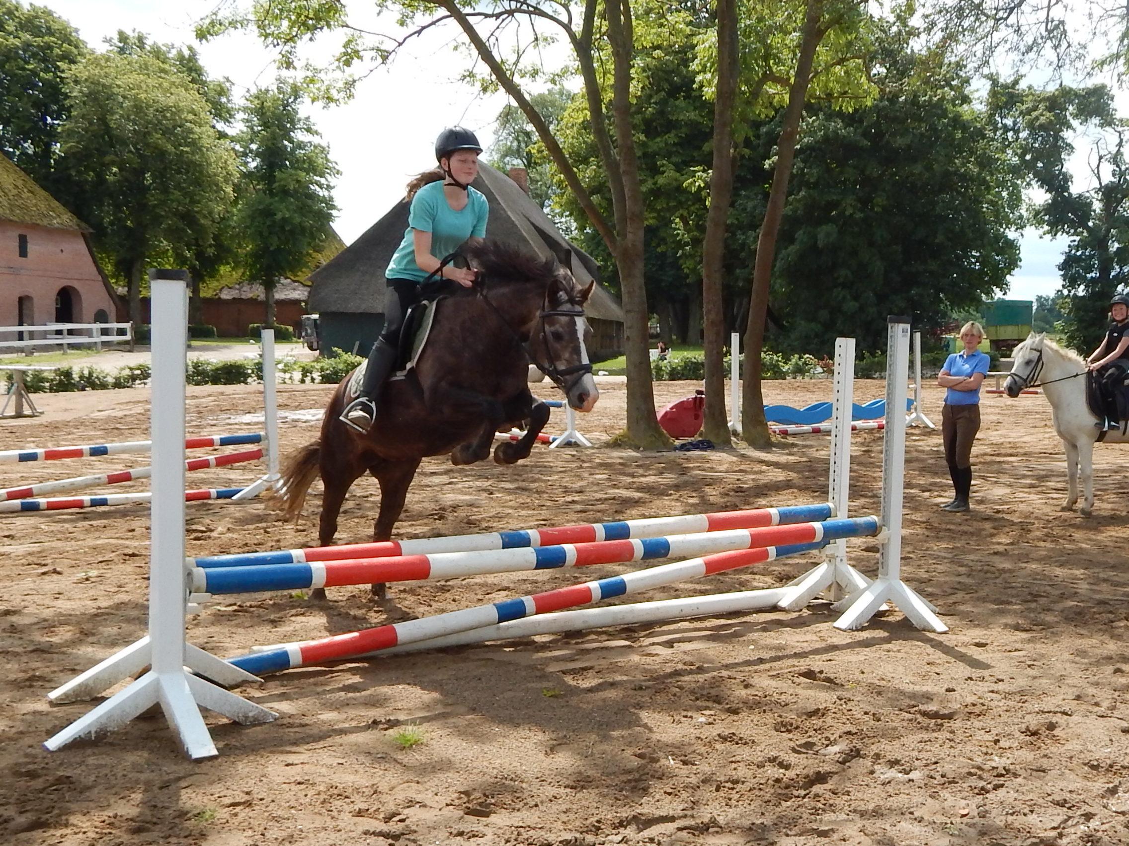 Gut Friederikenhof - Springen mit den Ponys