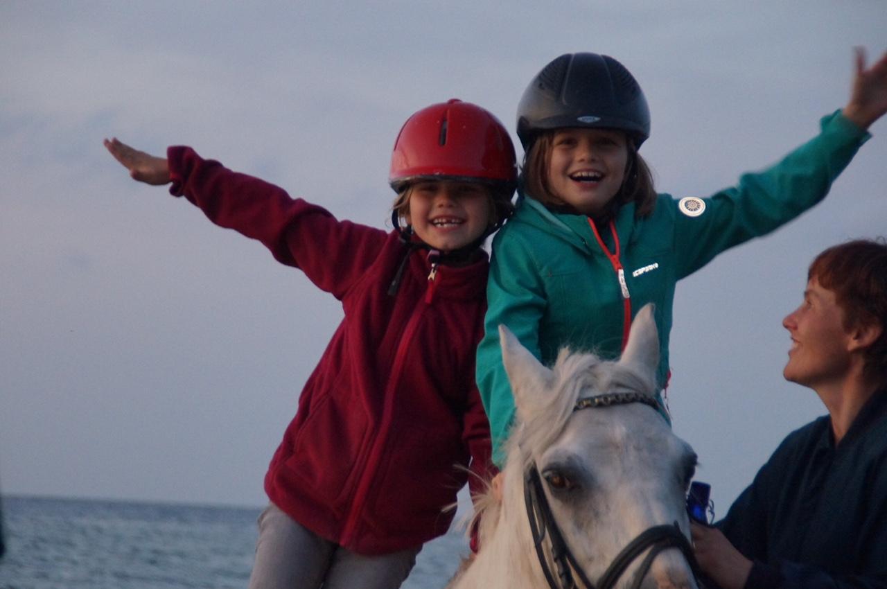 Gut Friederikenhof - glückliche Reiterinnen