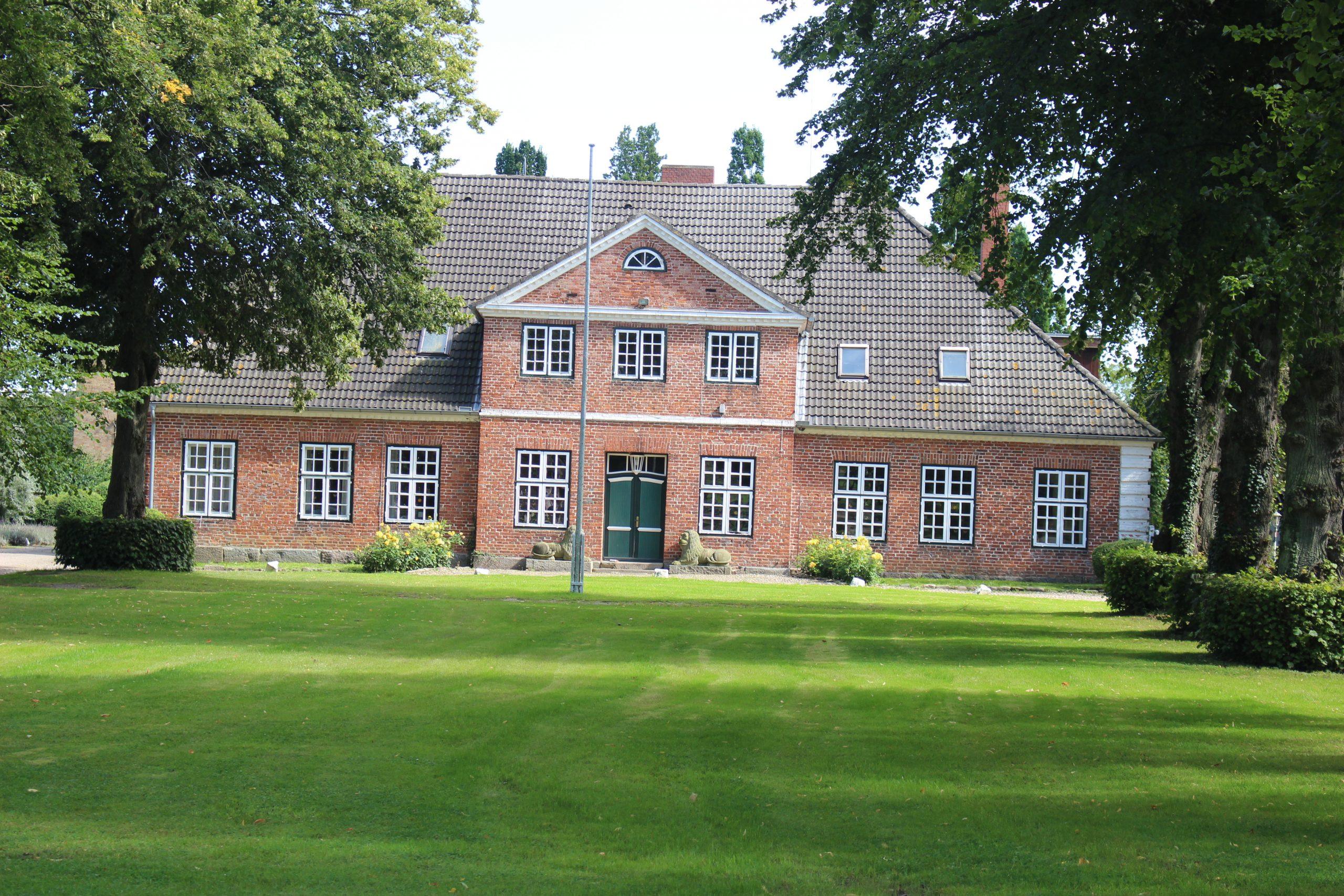 Gut Friederikenhof - grüne Spielfläche vor dem Gutshof
