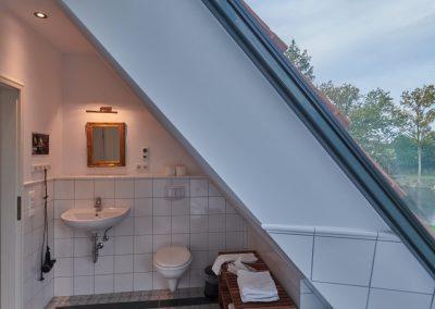 Stellmacherei - Bad OG mit Badewanne und Blick über die Felder auf die Ostsee
